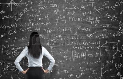 42362844_vista_posteriore_di_una_donna_pensosa_che_cerca_di_risolvere_problemi_di_matematica_calcoli_matemati